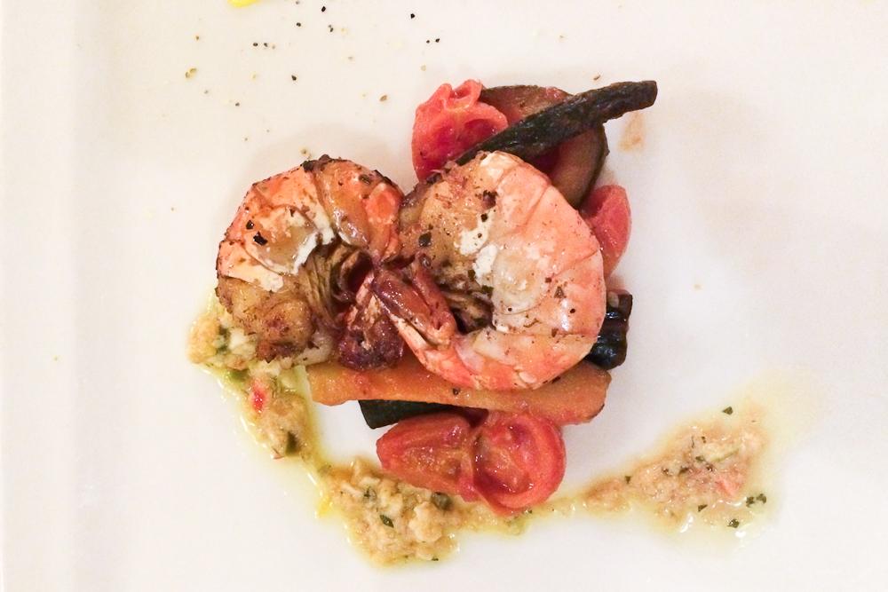 Gebratene Garnele mit Zucchini-Tomatengemüse und Sauce Polonaise
